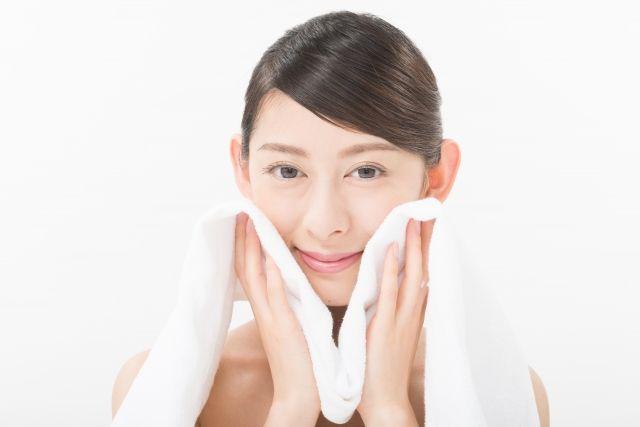 目元や毛穴をセルフケアする女性