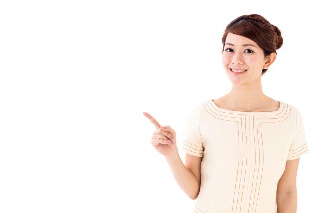 リフトアップメニューを紹介する女性スタッフ